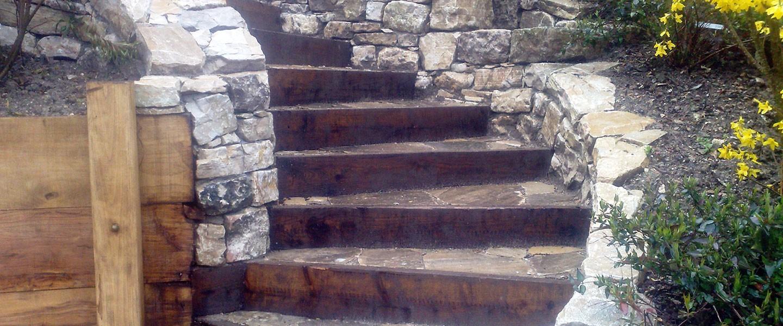 Scale In Pietra Con Alzata In Legno Di Castagno