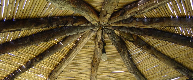 Pergola Esagonale Coperta Con Canne Di Bambù